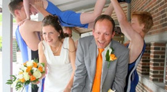 5fd1033e572b Kirkelig vielse bryllup bestilles på kirkekontoret eller on-line. En  foreløbig bestilling kan foretages et år i forvejen og dato og klokkeslet  vil være ...